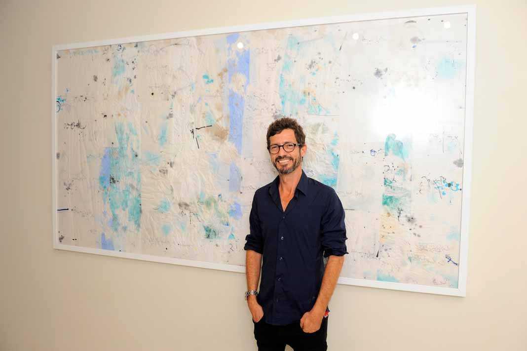El artista ante una obra mural de su nueva exposición en El Hotel Pacha.