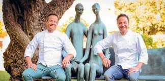 Los hermanos Torres posan junto a una escultura en el Ibiza Gran Hotel. Sergio G. Cañizares