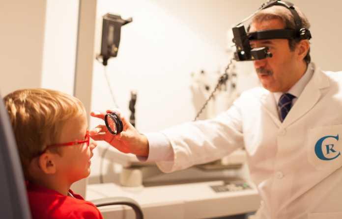 Revisión ocular. Dolores de cabeza, parpadeo muy frecuente, visión borrosa o bizqueo son síntomas de alerta.