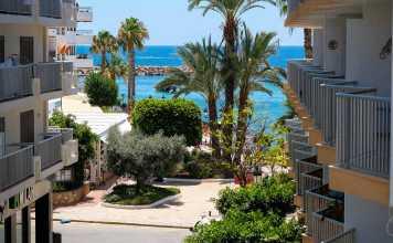 S'Alamera Suites Restaurant. Un alojamiento que se mueve al ritmo de Santa Eulària, situado en su paseo marítimo.