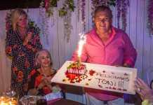 Aniversario de Toni Riera. Marta Díaz, Paola Fendi y Toni Riera con la tarta.