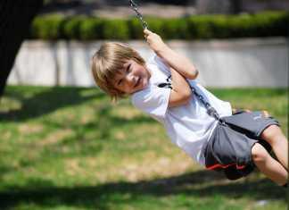 Los padres deben dejar que los pequeños experimenten, suban y trepen para mejorar sus movimientos.