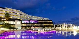 El hotel está ubicado en Marina Botafoch, es un espacio elegante ideal para celebrar bodas.