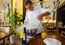 Ibiza Therapy. The Therapy Michelin Star Chef preparando un 'sorbet' de naranja.