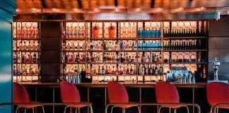 Un espacio elegante en el que cenar y tomar una copa.