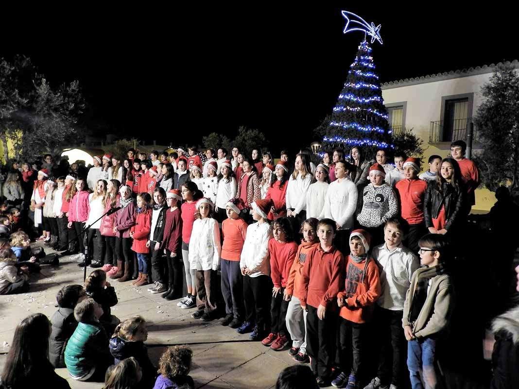 Navidad en Formentera. Los alumnos del Pilar y del Mestre Lluís cantan los villancicos. Fotos: C. C.