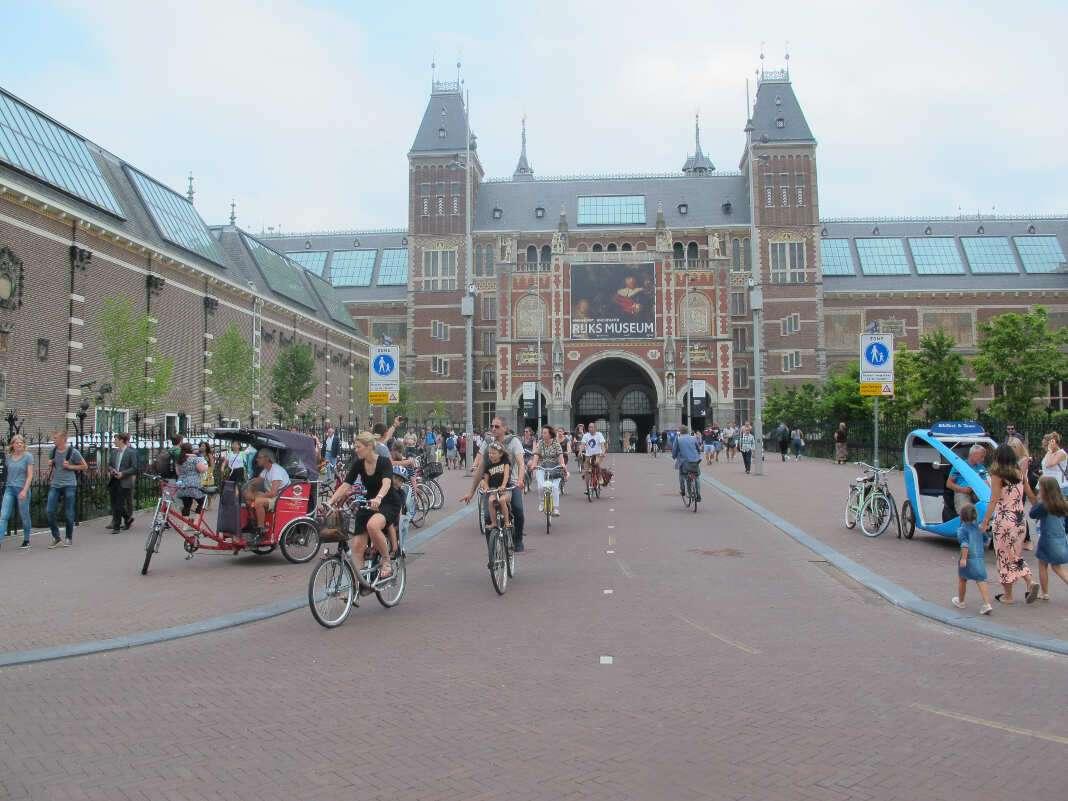 Amsterdam en bicicleta. Carril bici en el pasadizo del Museo Nacional de Holanda (Rijsksmuseum).
