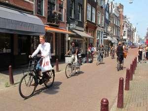 Calle peatonal y carril bici que atraviesa los canales de Amsterdam. fotos: Juan Suárez y Jeannette van breda