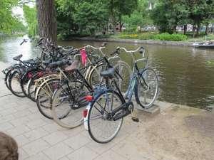 Aparcamiento para 'bicis' en un canal.