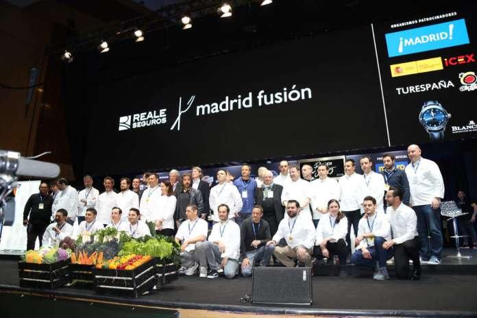 Foto de familia con todos los chefs, ponentes y participantes en la jornada inaugural. fotos: Juan Suárez y J.V.B. Gastronomía sostenible