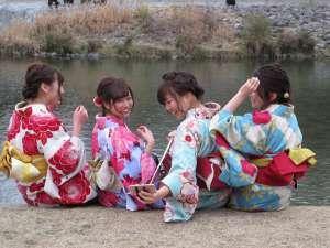 Jóvenes ataviadas con kimonos japoneses en Kyoto.
