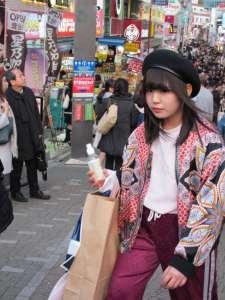 Chica con gorro típico de moda.