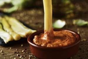 La salsa 'romesco' es la clave del sabor del 'calçot'.