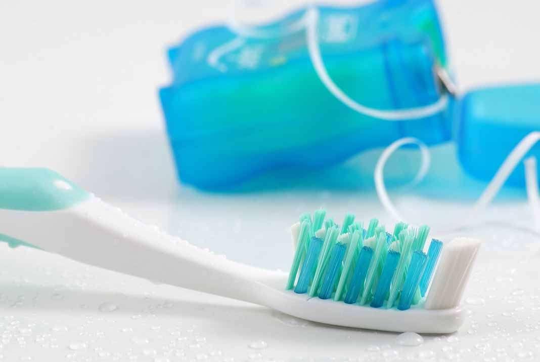 Higiene bucal. El hilo dental es esencial para quitar los restos de comida que se quedan entre los dientes.