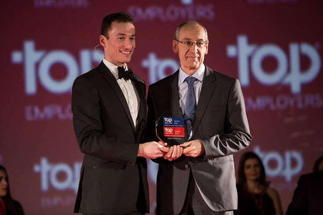 Momento de la recogida del reconocimiento a manos del Director de Recursos Humanos de Novartis, Alfonso Casero. foto: novartis Mejor empresa 'Top Employers'