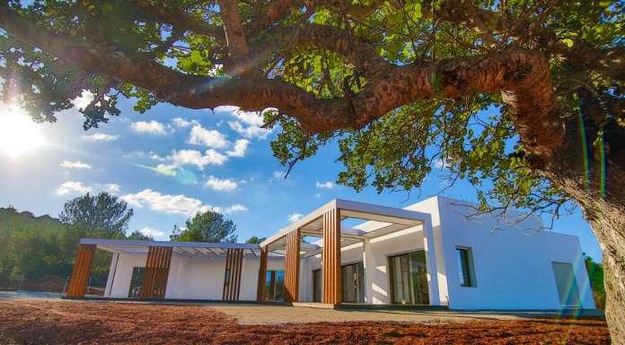 Reducir el consumo con energías renovables. Vivienda unifamiliar de Can Tanca, en Sant Joan, la primera en España en lograr el certificado Passivhaus. TERRAVITA