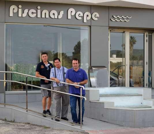 Mantenimiento de piscinas. Pepe con sus hijos José María y David. s.g.c.
