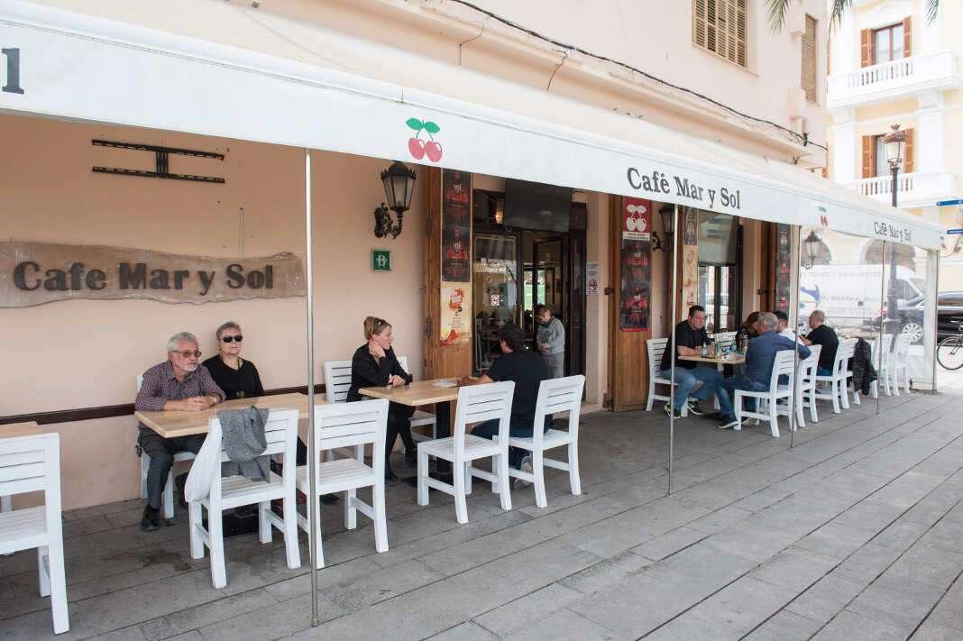 Café Mar y Sol, en los andenes del puerto de Vila.