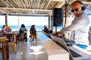 Un dj puso el ritmo durante la apertura de Beachouse.