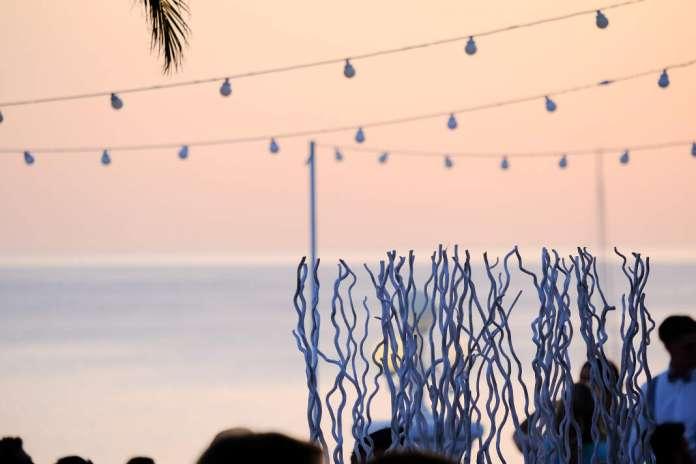 No hay mejor plan para esta primavera que el que nos ofrecen los hermanos Serra en su maravillosa terraza con vistas a la playa. Ca's Milà
