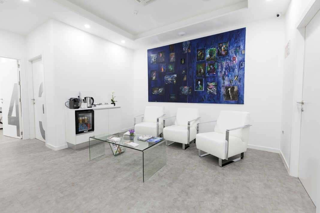 Las consultas tienen lugar en Eiviestetic; las intervenciones se realizan en el quirófano de la Policlínica.