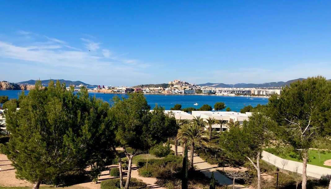 El Mediterráneo, Dalt Vila y la costa ibicenca se ven desde el apartamento.