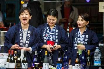 Tres divertidas representantes de bodegas de 'sake' japonés.