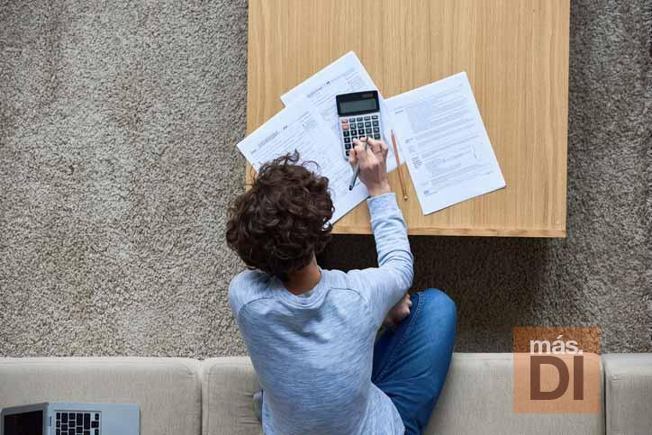 La gestoría asesora a los trabajadores para presentar la declaración de la renta. foto: istock