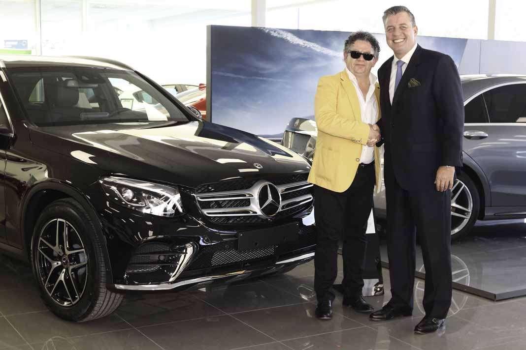 Toni Ferrer, gerente de Terrenauto, concesionario de Mercedes Benz, junto al presidente de la marca alemana en las instalaciones de Ibiza.