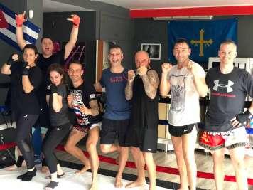 Equipo de Muay Thai, disciplina que también se imparte en las instalaciones.