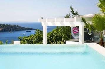 El calor será más llevadero entre las aguas de esta espectacular piscina.