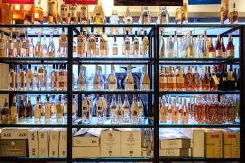 Ofrecen una amplia variedad de vinos.