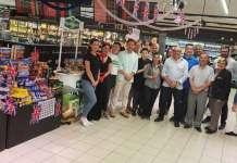 Antonio Moya, en el centro, acompañado personal de Eroski, proveedores y distribuidores. Fotos: Eroski