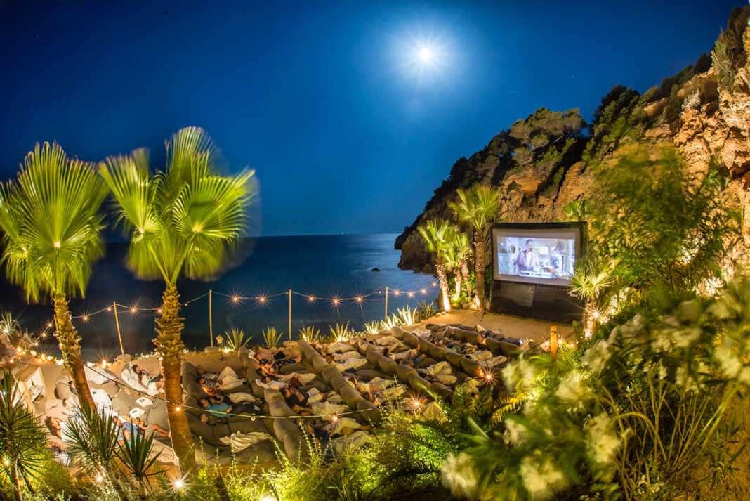 El cine adquiere un tinte mágico bajo los acantilados de Sol d'en Serra. Foto: Amante Ibiza