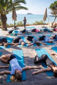 Yoga y desayuno saludable para empezar bien el día. Foto: Aiyanna Ibiza