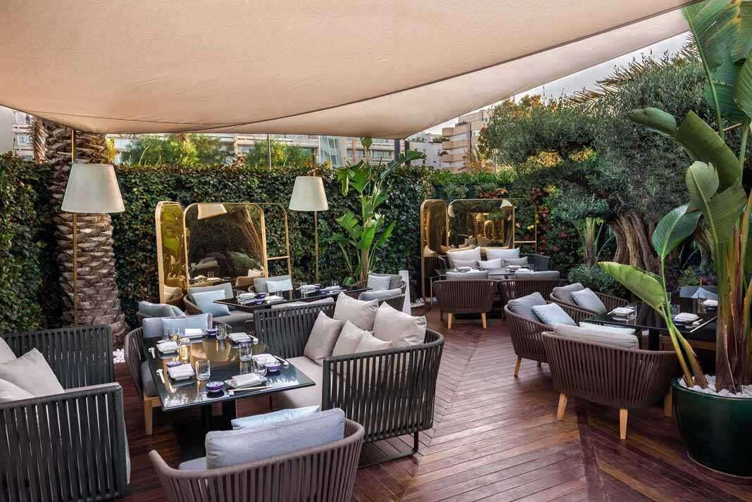 La vegetación abraza la terraza del restaurante.