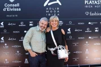 El modista Lorenzo Caprile y la periodista Julia Otero.