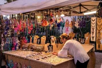 Los artesanos pueden exhibir y vender sus creaciones.