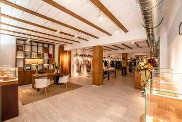 En la tienda Se Tu (en la calle Bartomeu Vicent Ramon, 29 y con un horario de 11 a 14 horas y de 17 a 21 horas, de lunes a sábado) el diseñador tiene un espacio propio.