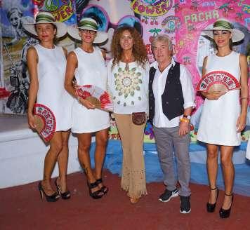 Ángel Nieto será homenajeado en el evento. En la foto aparece con su mujer Belinda en una Flower Power de Pacha Ibiza. fotos: grupo pacha