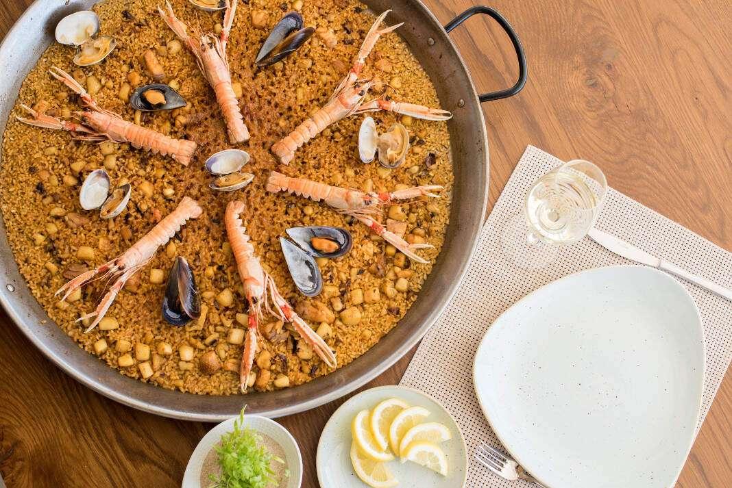 comer paella en Ibiza