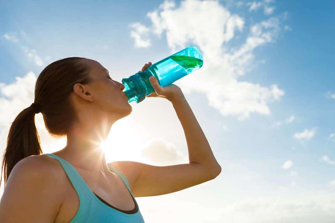 Beber muchos líquidos para evitar la deshidratación. Foto: iStock