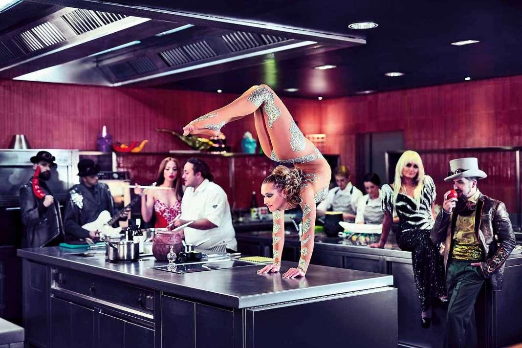 Foto artística de promoción del restaurante de lujo Heart Ibiza, donde se combina el espectáculo y la gastronomía. Heart