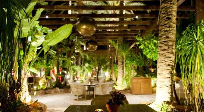 Restaurante La Veranda. Atmósfera nocturna en Atzaró, en el corazón de Ibiza.