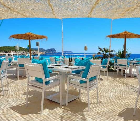 Restaurante de playa, Atzaró Beach. Vistas al mar, la costa de Santa Eulària y al islote de Tagomago.
