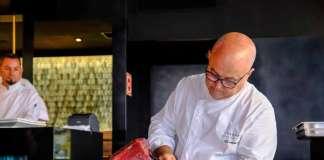 El maestro del 'sushi' Ricardo Sanz cortando una pieza de atún rojo en una exhibición de 'sashimi'en el restaurante Zela.