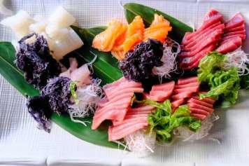 Plato de 'sashimi' con atún, salmón, mero y rape.