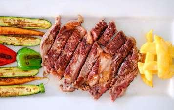 Productos de mercado, carnes y mariscos frescos de la isla al plato. s.g.c.