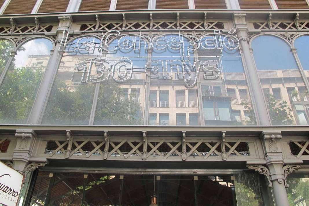 Cartel luminoso del 130 aniversario en la calle Valencia.