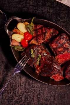 Los mejores cortes de carne elaborados al carbón y ahumados con madera.